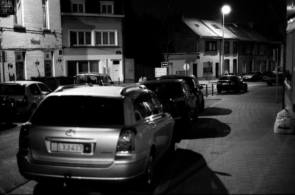 une rue de bruxelles la nuit
