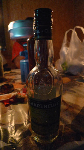 une bouteille de chartreuse