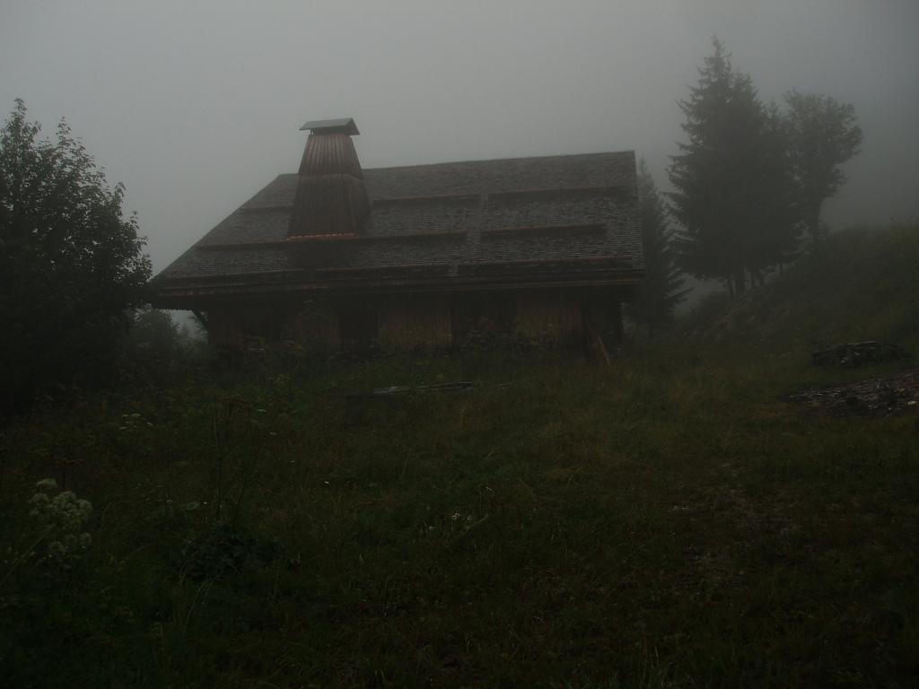 chalet dans le brouillard