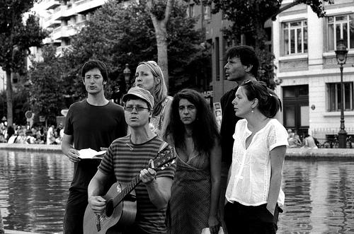 Chanteurs devant le canal St Martin