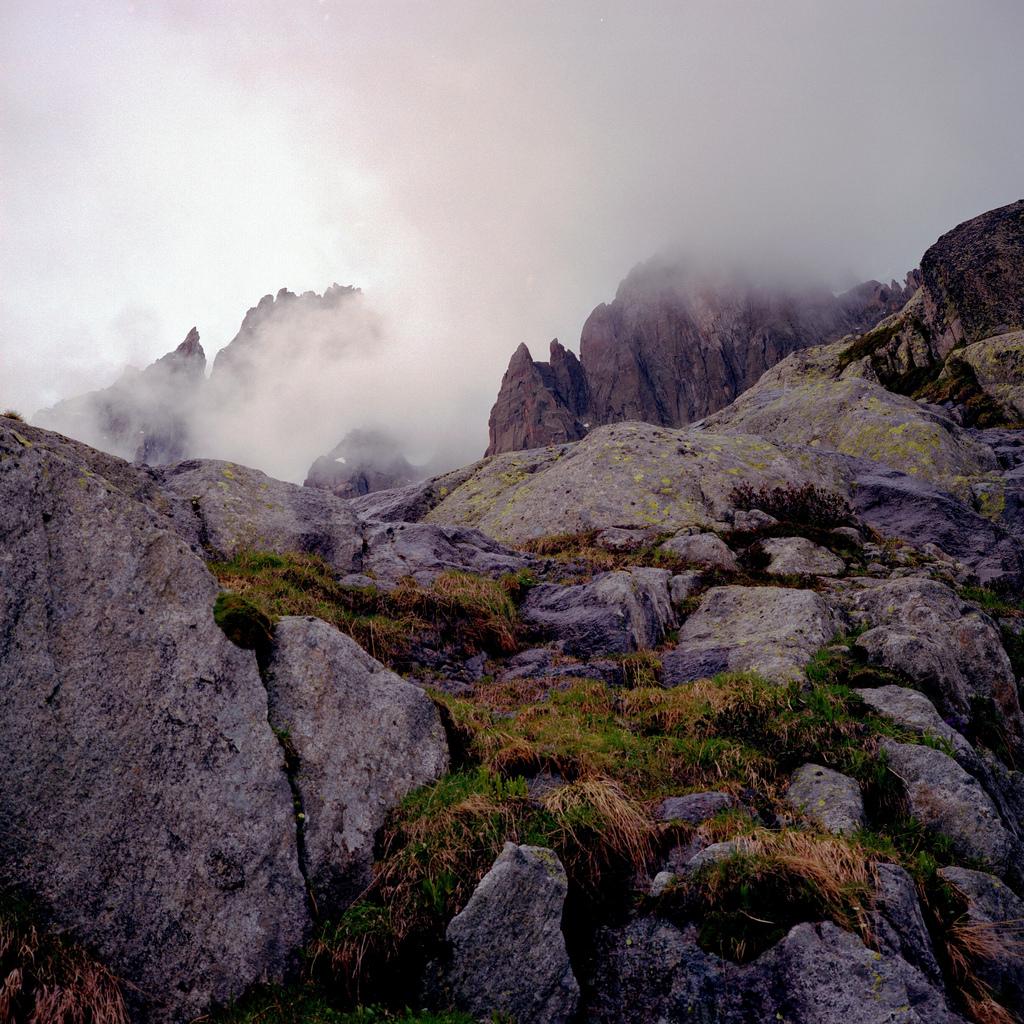 Haut des montagnes dans les nuages