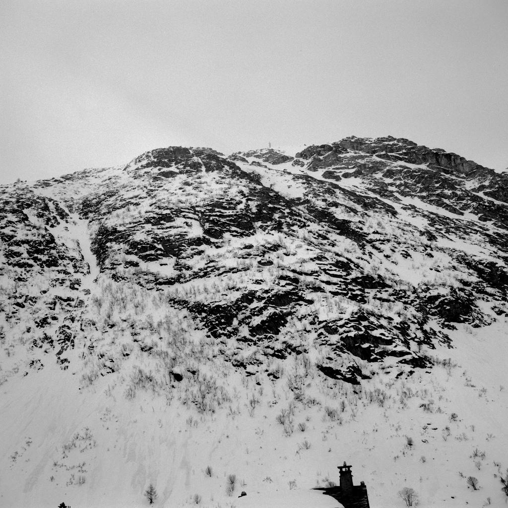 Une croix en haut d'une montagne